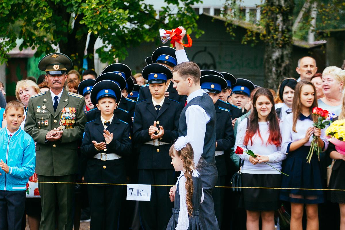 1 сентября на линейке первых кадетов - 47 семиклассников - поприветствовали глава администрации пскова игорь