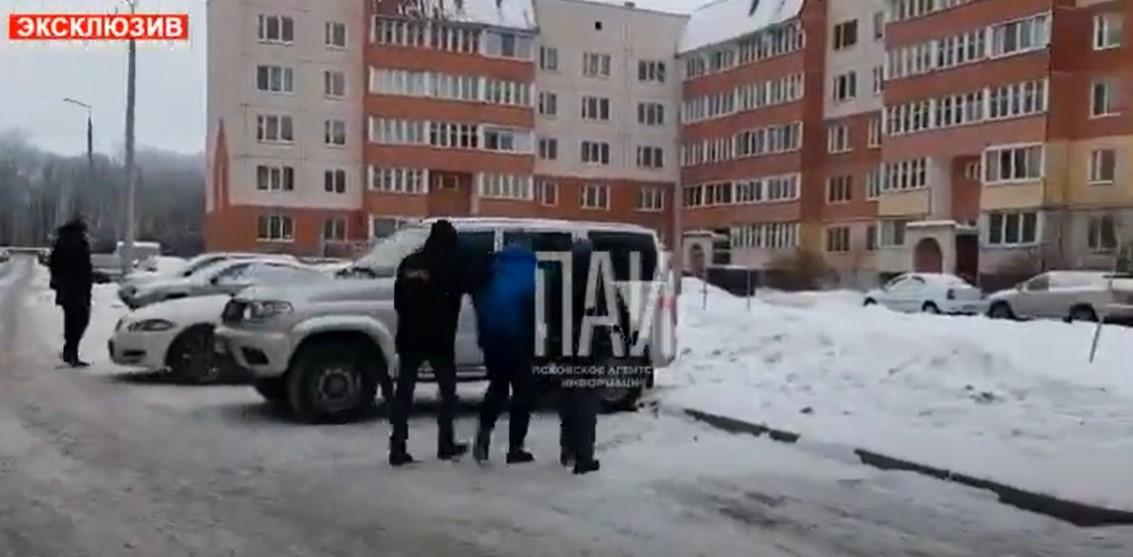 Публикуем видео задержания сотрудника КУГИ в Пскове